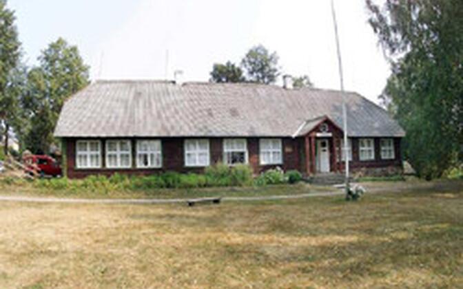 Pildil Karilatsi vana koolimaja Põlva Talurahvamuuseumis.