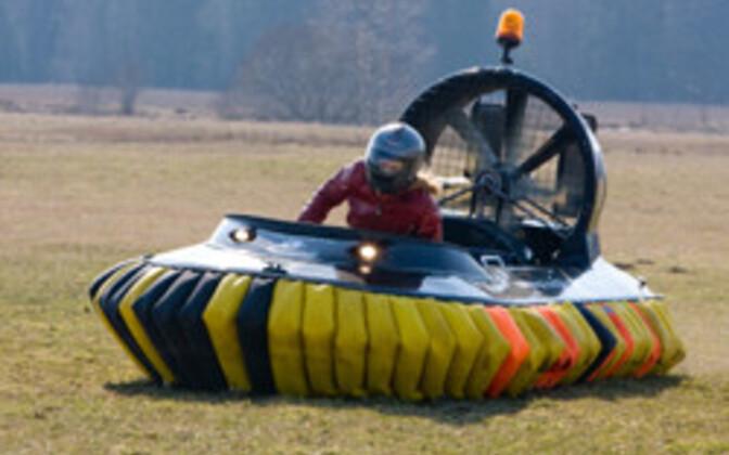 Noored leiutajad said ülesandeks valmistada hõljukiga sarnase sõiduriista mudel.