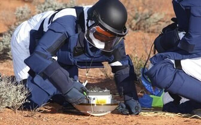 Asteroidilt saabunud proovikapsli esialgne käitlemine Austraalia tühermaal.
