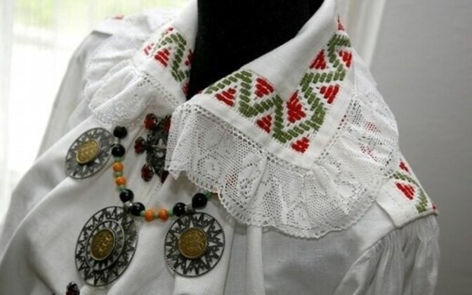Estonian regalia displaying traditional jewelry similar to what was discovered in Öötla