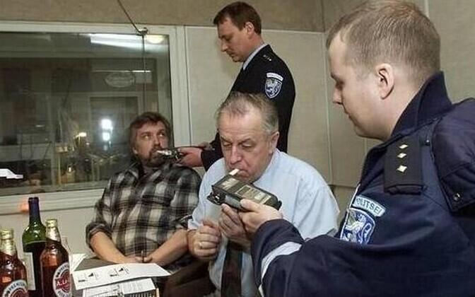 Estonian journalists test breathalyzers.