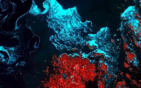 See tontliku muljega pilt kujutab jää teket Rootsi ja Soome vahel Ahvenamaa saarestikus. Jääkristallid jätavad merepinnal mulje nagu oleks tegu õlireostusega, tuul ja hoovused on vastutavad nende tontlike kujundite moodustumise ees.