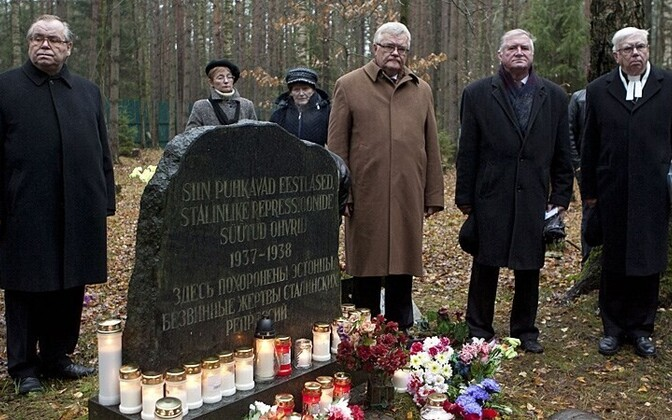 Tallinn Mayor Edgar Savisaar (wearing brown overcoat) in St. Petersburg, Russia, visiting the Levashovo cemetery on Russia's national day of remembrance for victims of political repression.