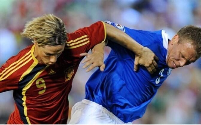 Taavi Rähn (right) battling with Fernando Torres