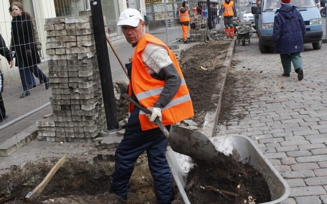 Estonians work an average of 8 hours and 36 minutes per day, including both paid and unpaid labor.