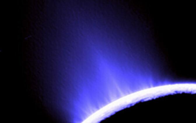 Enceladuse geisrid panevad Saturni pooluse särama.