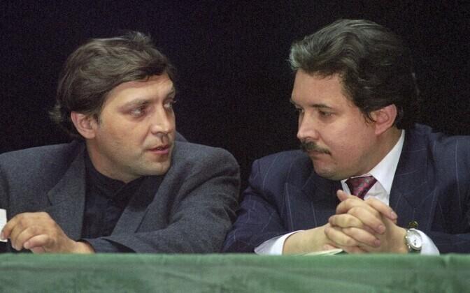 В 1988 году Союз журналистов СССР назвал Александра Невзорова (слева) лучшим журналистом года.