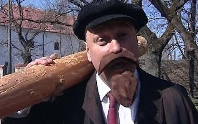 Ленин несет бревно.