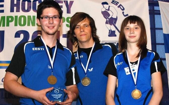Эстонские юниоры с медалями.
