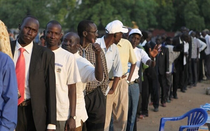 People standing in line for the January referendum on Southern Sudan's statehood