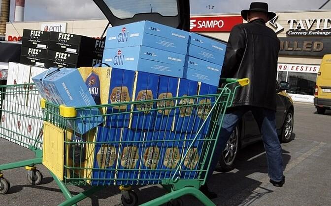 Финские туристы в Эстонии закупают алкоголь.