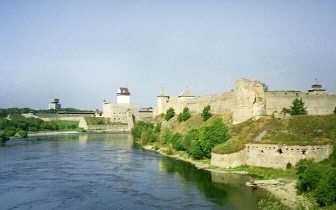 Вид на Ивангород (справа) и Нарву.