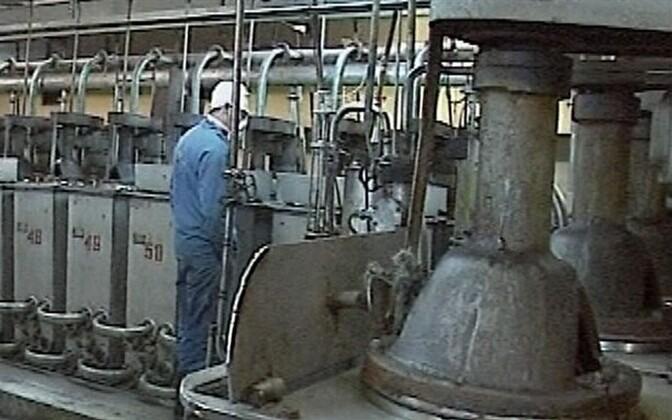 Рабочий завода Silmet.