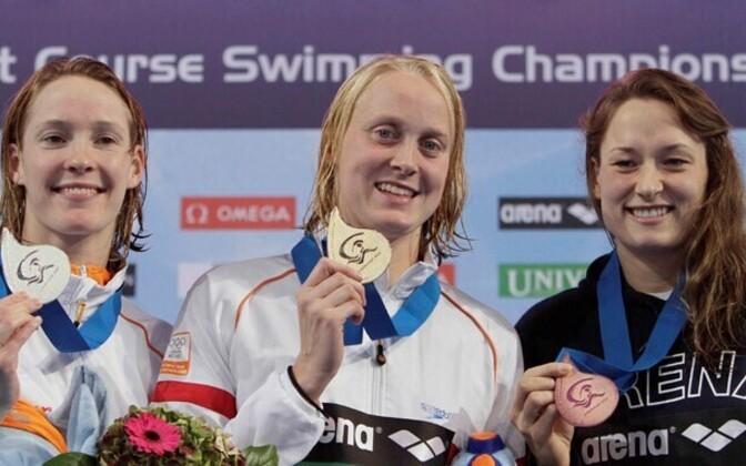 Triin Aljand (paremal) 2010. aasta lühiraja EM-i 50 meetri liblikujumise medalitseremoonial.