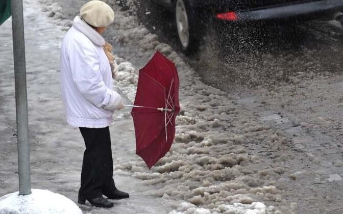 Днем - облачно с прояснениями. Во многих местах дождь со снегом. Гололед.