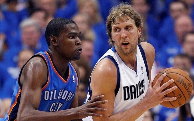 Kevin Durant (OKC) ja Dirk Nowitzki (Dallas) 2011. aastal läänekonverentsi finaalis