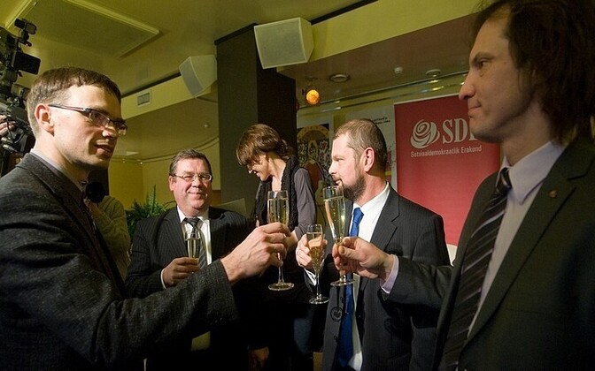 Social Democratic leaders Sven Mikser (far left) and Indrek Saar (far right)