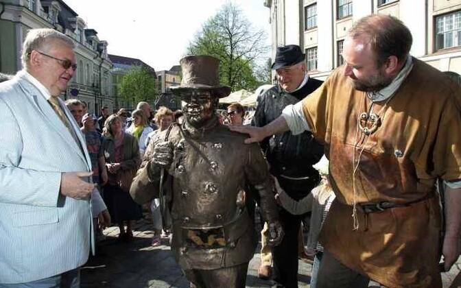 Кангро был членом Центристской партии с мая 2006 года. В течение нескольких лет он был «партийным скульптором», у которого центристские таллиннские власти заказывали много скульптур для города Таллинна.