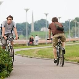 Хорошая погода заставила людей достать ролики, велосипеды и самокаты.
