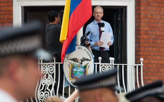 Ассанж обратился к прессе, не выходя из своего убежища.