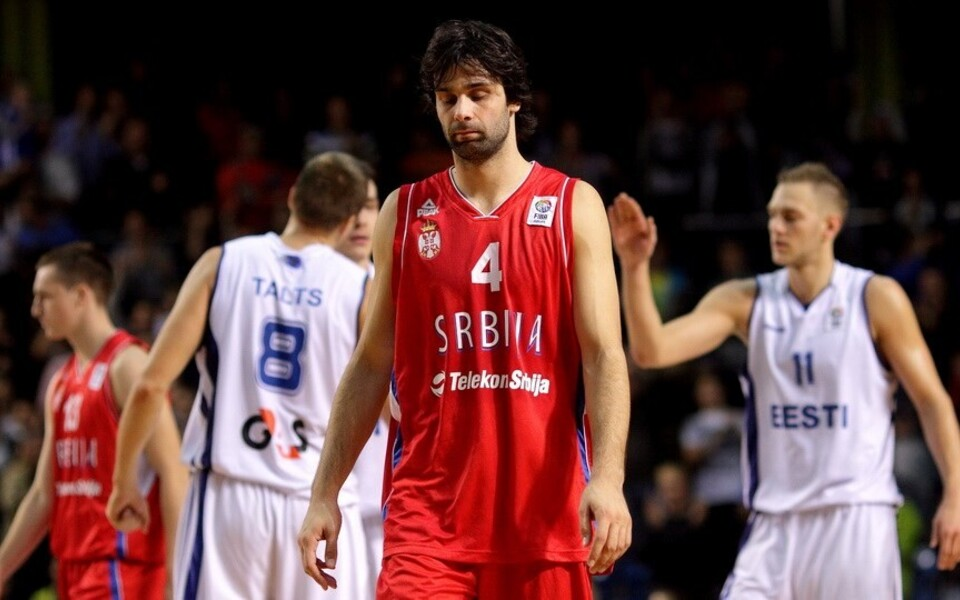 Eesti korvpallikoondislased rõõmustavad pettunud Miloš Teodosici taustal