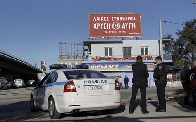 Politseinikud valvavad Kuldse Koidiku bürood.