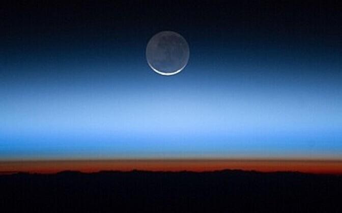 Gaasiline, erinevatest kihtidest koosnev Maad ümbritsev õhukest ehk atmosfäär.