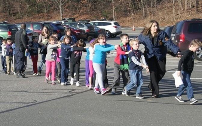 Полиция эвакуирует детей из школы