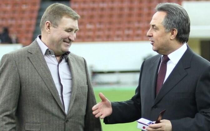 Виталий Мутко (справа) награждает бывшего тренера силламяэского