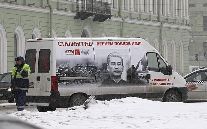 Stalini portreega dekoreeritud buss 3.