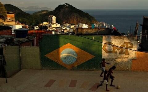 Rio de Janeiro favelalapsed jalgpalli mängimas