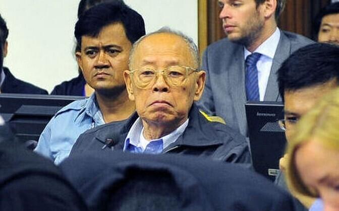 Ieng Sary (keskel) Phnom Penhis kohtusaalis.