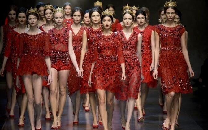 Modellid kandmas Dolce&Gabbana moemaja loomingut.