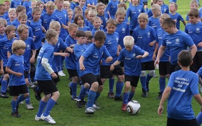 Lapsed jalgpalli suvelaagris.