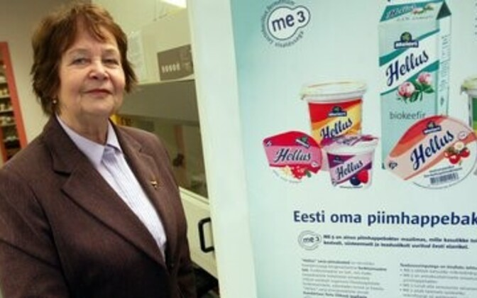 Patenteeritud bakteri avastaja Marika Mikelsaar tutvustava stendi kõrval.