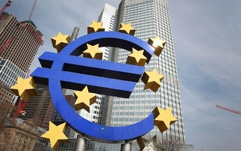 Знак Евро перед зданием ЕЦБ.