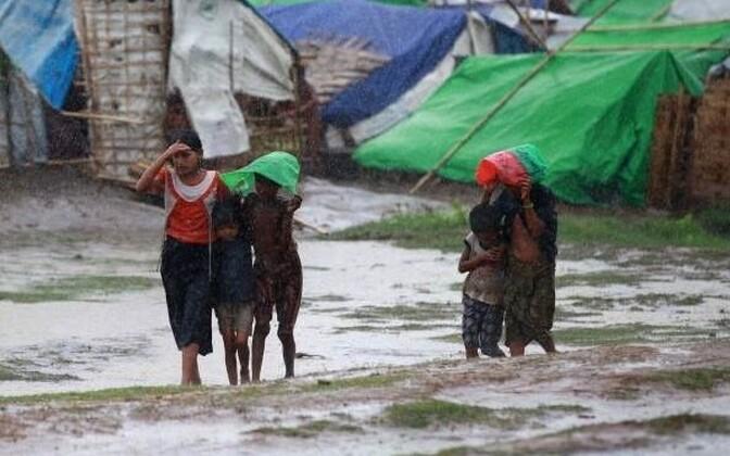 После межэтнических столкновений на западе Мьянмы в 2012 году представители народности рохинджа были вынуждены покинуть свои дома и уже около года проживали в палаточном лагере для перемещенных лиц на границе с Бангладеш.