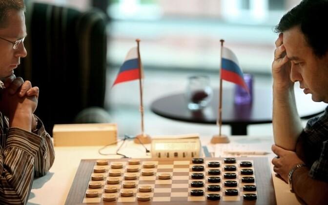 Российские мастера шашек - Александр Георгиев (слева) и Александр Шварцман.