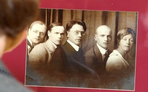 August Gailit, Henrik Visnapuu, Friedebert Tuglas, Artur Adson ja Marie Under, kes moodustasid kirjandusliku rühmituse