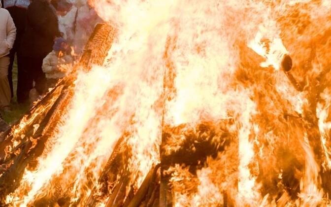 Estonians light bonfires on Jaanipäev