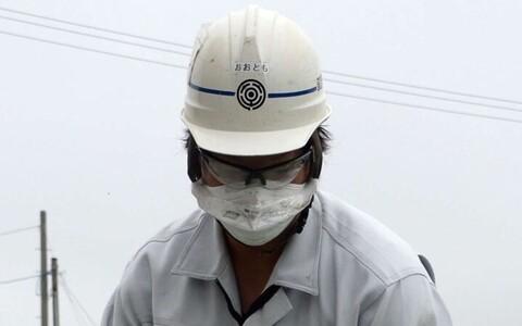 Tuumajaama ümbrust koristav töötaja.