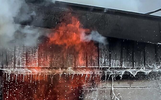 470aa7e7362 Ööl vastu tänast hävis puhkenud tulekahjus täielikult Tõrva laululava katus.
