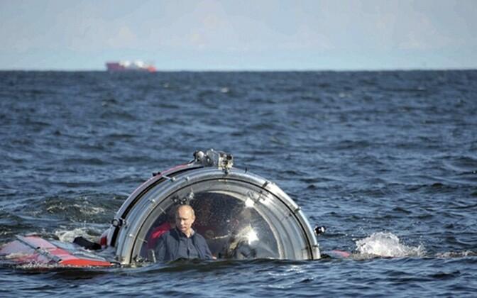Vladimir Putin tõusmas batüskaafiga taas veepinnale.