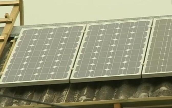 Солнечные панели на крыше дома.