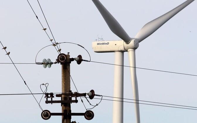 Elektriliinid ja tuulepark.