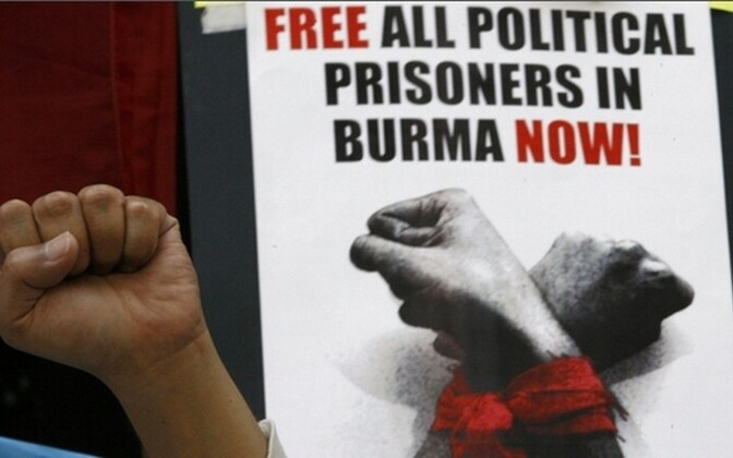 Birma poliitvangide vabastamist nõudev plakat.