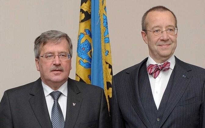 Presidents Bronislaw Komorowski and Toomas Hendrik Ilves (bow tie)