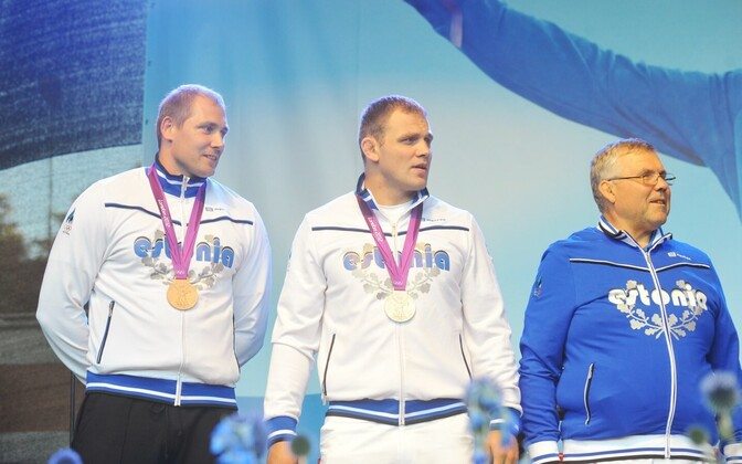 Gerd Kanter (left) after his 2012 Olympic medal