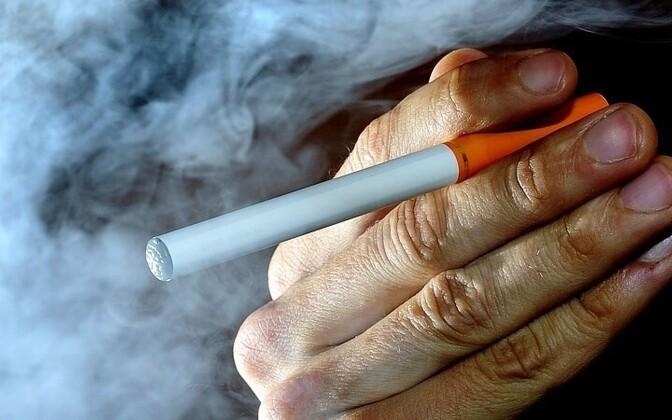 На прошлой неделе Министерство социальных дел заявило, что они надеются еще в октябре представить правительству законопроект, который запретил бы рекламу и продажу несовершеннолетним э-сигарет более четко