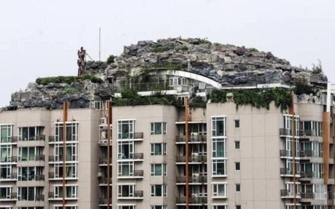 Ühel Hiina korterelamu katusel asub omapärane kaljuvilla.
